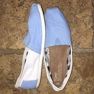 BLUE AND WHITE TOMS
